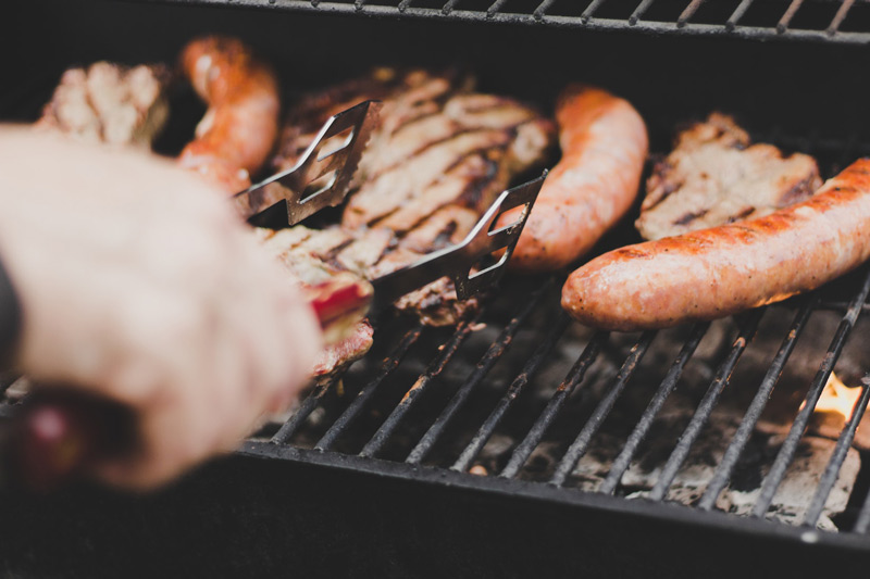 Barbecue da vicino con salsiccie