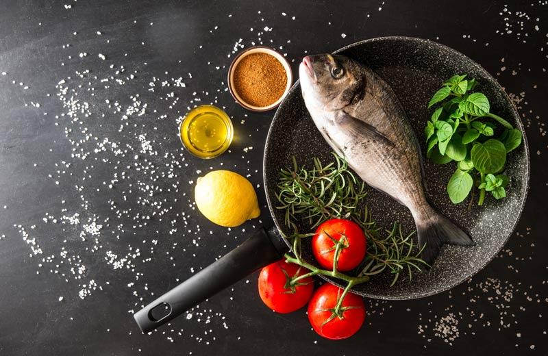 Pesce in padella con verdure